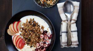 Pumpkin Spice Granola mit Obst und Joghurt