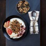 Pumpkin Spice Granola mit Joghurt und frischem Obst