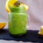 Erfrischender grüner Smoothie mit Orangensaft, frischem Spinat und Ananas - Flockelicious