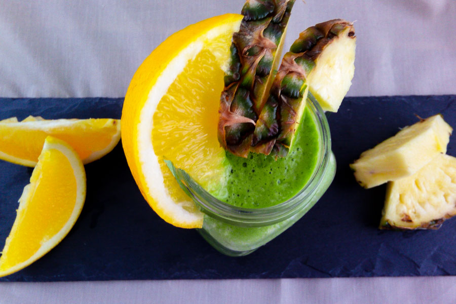 Healthy green Smoothie with Spinach, Pinapple and Orange - Flockelicious