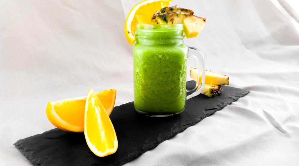 Erfrischender grüner Smoothie mit Orange, frischem Spinat und Ananas - Flockelicious