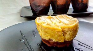 Mini Pumpkin Spiced Cheescake mit Salted Caramel Soße - Flockelicious