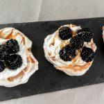 Luftig, leichte Mini Salted Caramel Pavlova mit Brombeeren und Sahne - Flockelicious
