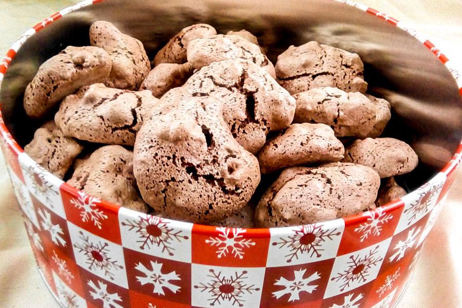 Leckere, weihnachtliche Schoko-Baiser mit gehackten gebrannten Mandeln - Flockelicious
