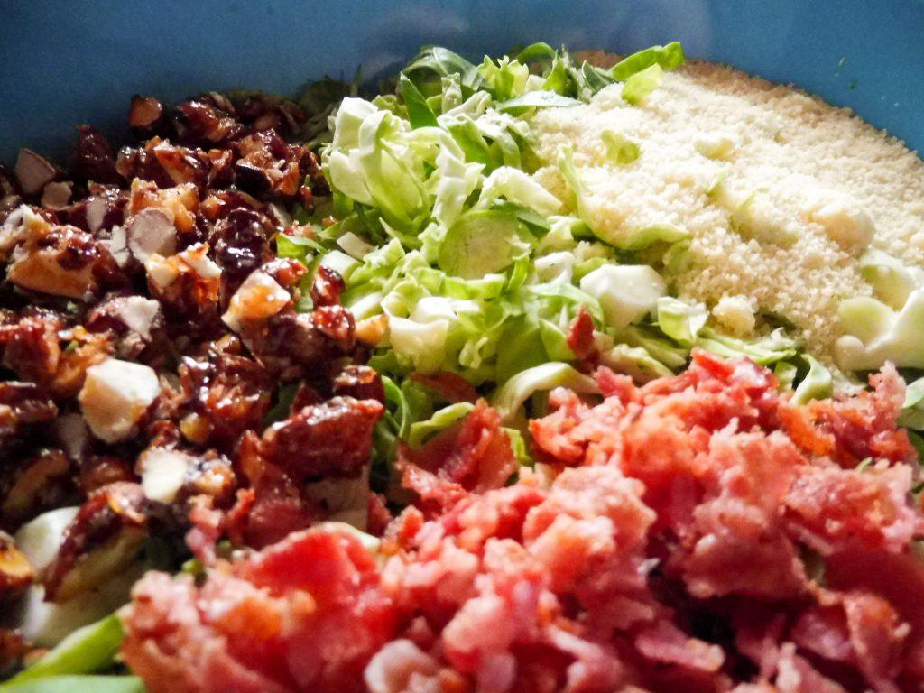 Knackiger Rosenkohlsalat mit Bacon, karamellisierten Mandeln, Parmesan und einer frischen rote Zwiebel Vinaigrette- Flockelicious